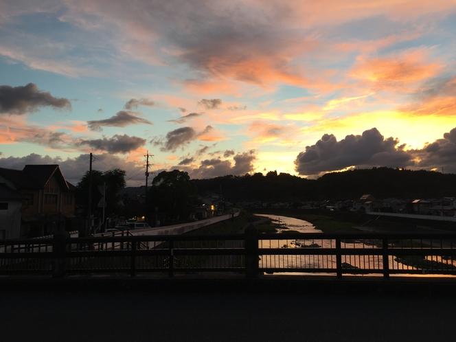 宿の前に掛かる御幸橋から見える夕日