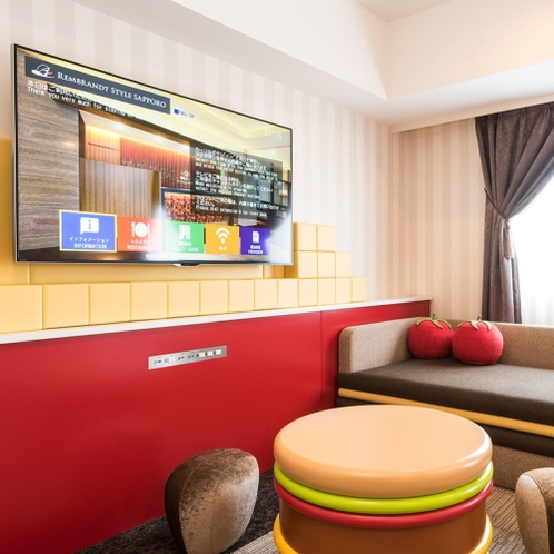ハンバーガーのテーブルに野菜のクッション♪ テレビも大画面♪