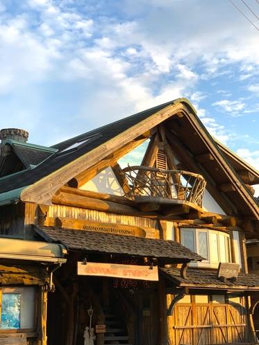 河津ログハウス 朝日を浴びた外観