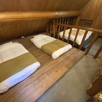 *【コテージA棟/2階】寝室のシングルローベッド(2台)