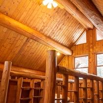 *【コテージA棟/2階】丸太むき出しの室内は、木の香り、木の温もり…まるで森林浴しているかのよう