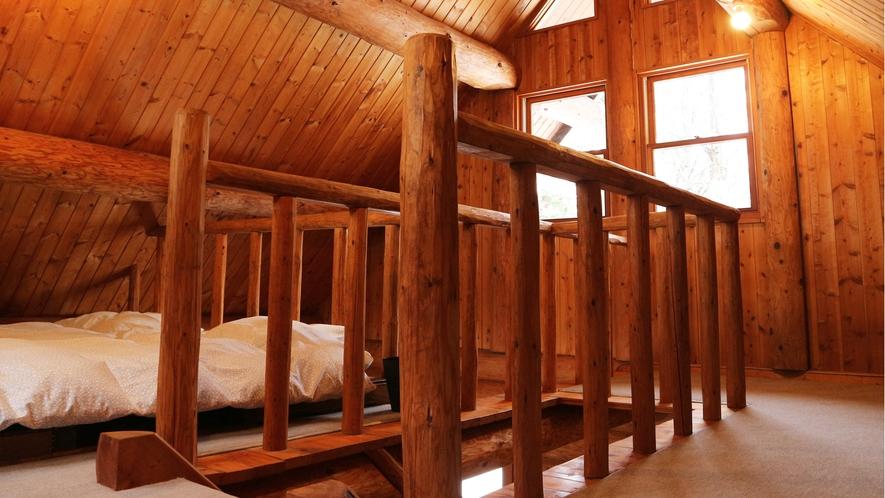 *【コテージB棟/2階】丸太むき出しの室内は、木の香り、木の温もり…まるで森林浴しているかのよう