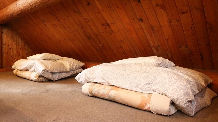 *【コテージA棟/2階】寝室の布団(3組)