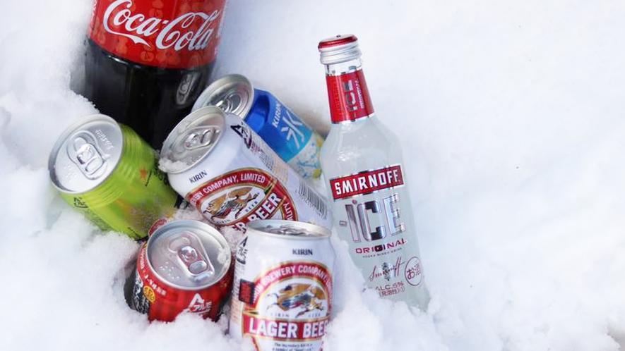 *【雪に埋もれる飲み物】天然冷蔵庫でキンキンに冷やされた飲み物たち