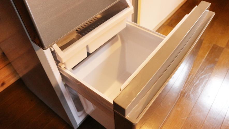 *【コテージB棟/キッチン】冷蔵室と冷凍室が分かれている大きめ冷蔵庫を完備