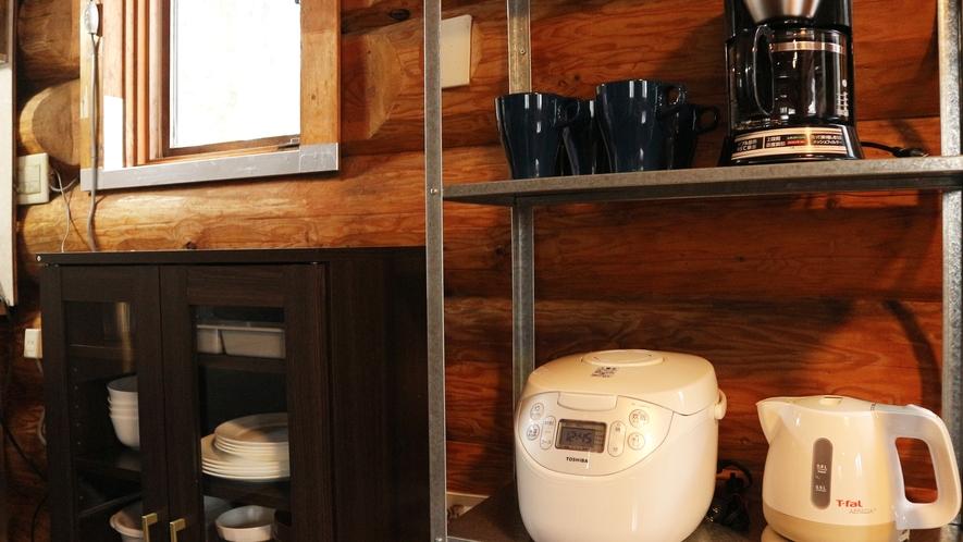 *【コテージA棟/キッチン】炊飯器、電子レンジ、トースター、湯沸しポット、コーヒーメーカー完備