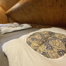 *【コテージB棟/2階】寝室の布団(3組)