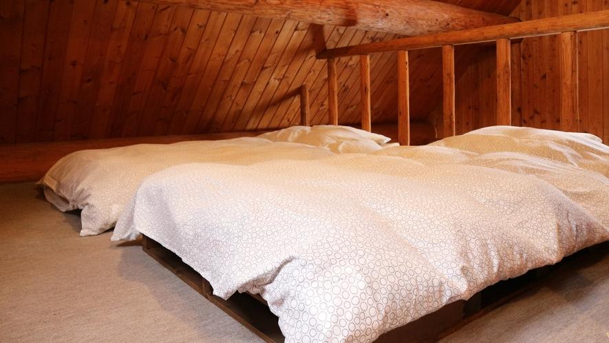 *【コテージB棟/2階】寝室のシングルローベッド(2台)