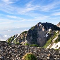 *【白馬アクティビティ】白馬岳の白馬三山が連なる美しい姿は北アルプスを代表する景色となっています。