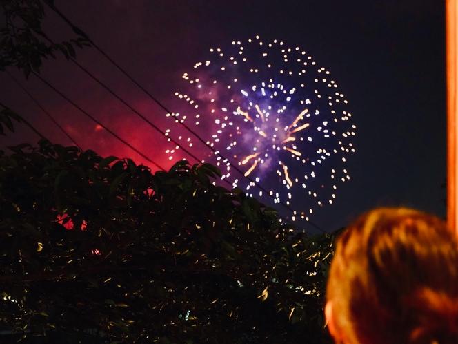 渡り廊下から眺める花火
