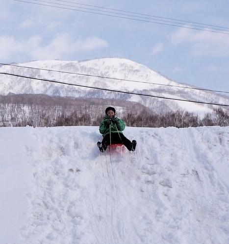 構内雪山でのそり遊び