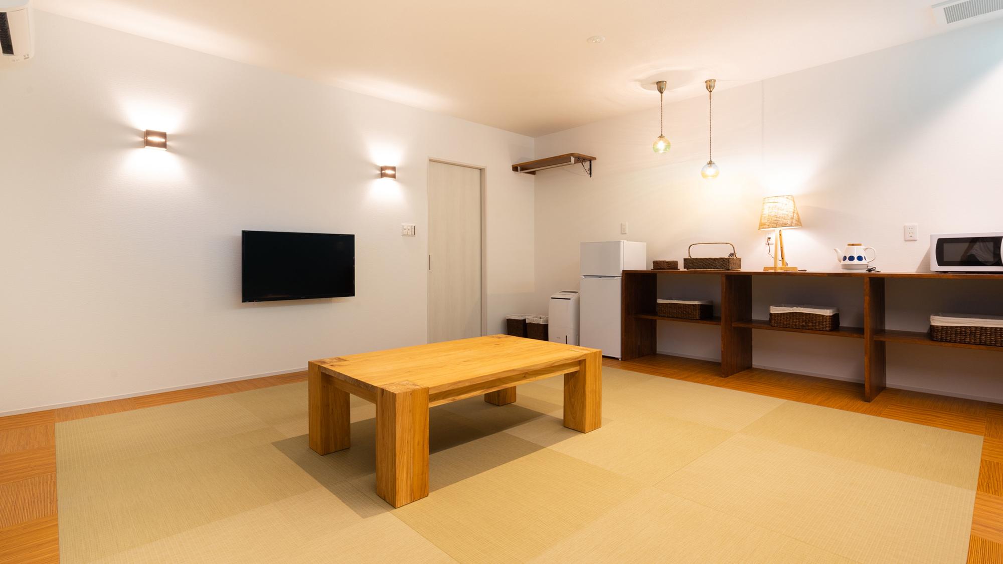【オーシャンビュー和室(34.4m2)】マリン色を基調としたスッキリした客室。バルコニー付。