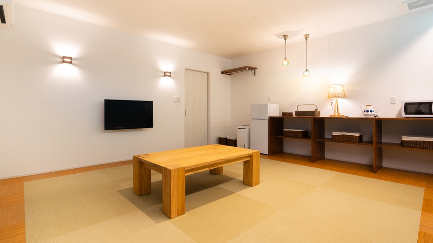 【オーシャンビュー和室(34.46㎡)】マリン色を基調としたスッキリした客室。バルコニー付。