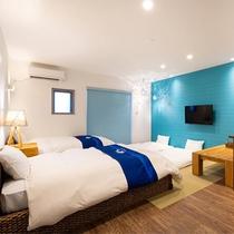 【オーシャンビュー和洋室(38.5㎡)】マリン色を基調としたスッキリした客室。バルコニー付。
