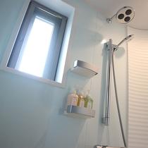 【バスルーム】じんわりと疲れを癒すレインシャワー完備。