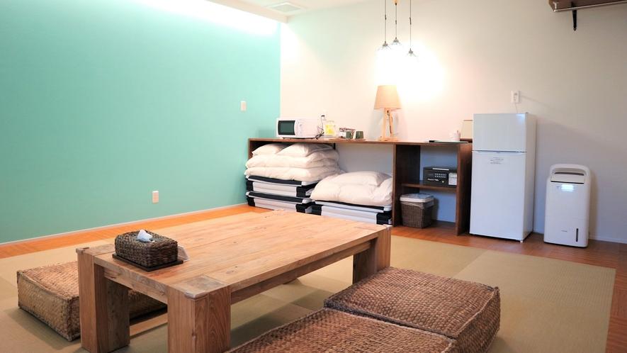 【グリーンビュー和室(34.4㎡)】温かみのあるペンダントライトでリラックスできる客室。バルコニー付