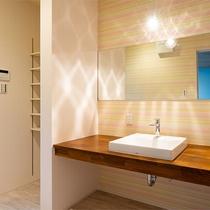 【キングダブル】洗面所、トイレの内装はやわらかいピンクで統一♪
