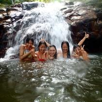 【青の洞窟探検ツアー】滝壺トレッキング!マイナスイオンを全身に浴びて、大自然のエネルギーをチャージ♪