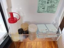 調味料、冷蔵庫の中に基本的な調味料もご準備してます。