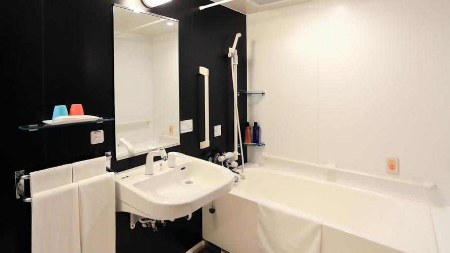 ・バリアフリールーム_お風呂には手すりも完備しております