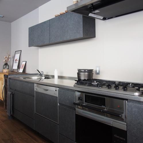 2階キッチン、調理器具やベーシックな調味料がお使いいただけます [ MAOIQ komfort ]