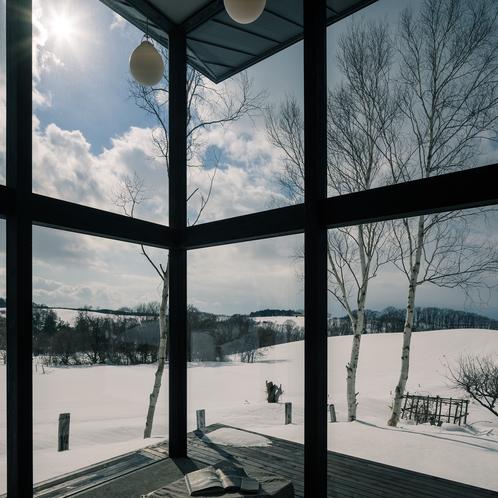 リビングから見える隣のハイジ牧場の冬景色 [ MAOIQ komfort ]