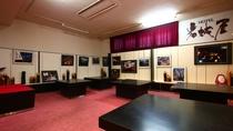 ■版画■竹田市出身の版画家 秋山巌氏の版画をロビーをはじめ客室、宴会場に約50作品展示しております。
