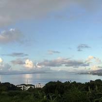 昼海 凪で海面に移る雲