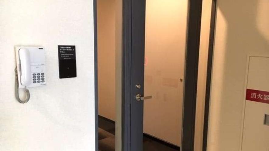 2階客室ブース入口(カードをかざすと開錠します)
