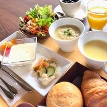 朝食一例です。洋食を中心としており、ホテル特製のクラムチャウダーはコナステイの名物です。