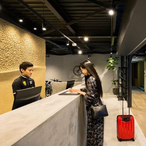 チェックイン風景です。ホテルスタイルのチェックインで、円滑にお客様をお部屋にご案内します。