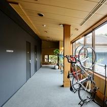 元は宴会場だったスペースを3室に区切ったドミトリーです。お部屋の前に自転車ラックをご用意しています。