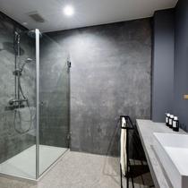 シャワーブース付きのお部屋のご用意もございます。無機質ながら機能性は抜群です。
