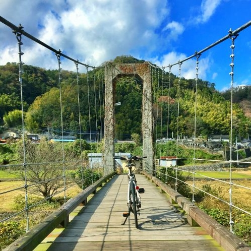 こんなつり橋をeBikeで渡るドキドキ感を体験できるのも伊豆だけかも?