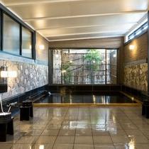 男女入替、源泉かけ流しの浴場です。朝と夜で入れ替わるため、雰囲気の違う温泉をお楽しみいただけます。