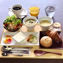 朝食プレートの一例です。伊豆特産の丹那牛乳を使ったクラムチャウダーは絶品です。