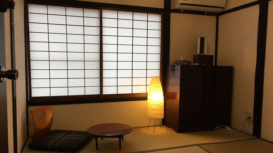 ・【個室/和室ツイン】白漆喰壁の部屋でお布団にて2名様まで宿泊可能。