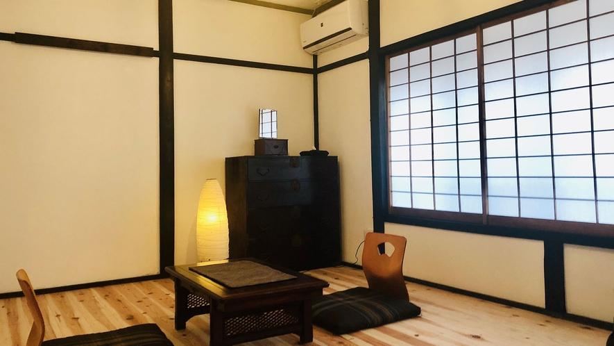 ・【個室/和洋室トリプル】白漆喰壁の部屋でお布団にて3名様まで宿泊可能。