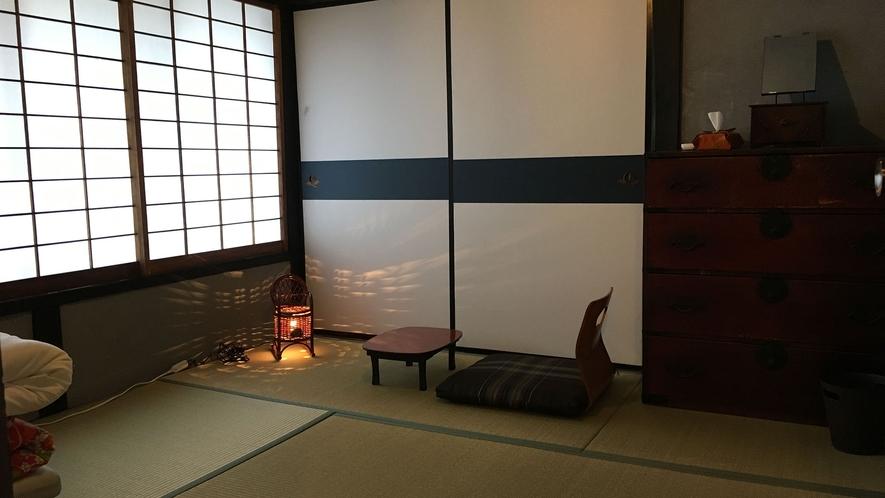 ・【個室/和室ツイン】灰色漆喰の部屋でお布団にて2名様まで宿泊可能。