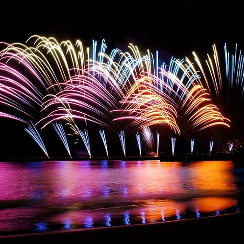 あたみ海上花火大会。夏だけではなく年間通して開催されている熱海名物。(当館から車で約5分)