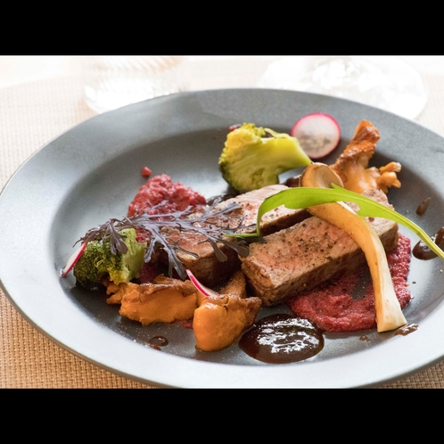 ある日のメイン「鴨肉などの肉料理の素材も、フランスから取り寄せ。