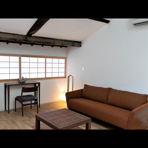 ベッドルームとリビングエリアが分かれている広々客室【デラックスクイーンルーム「さくら」】