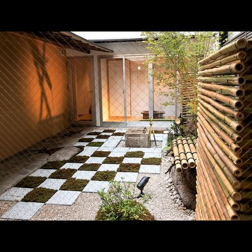 館内の中央にある中庭。日本の「和」を四季の移ろいから感じることができます。