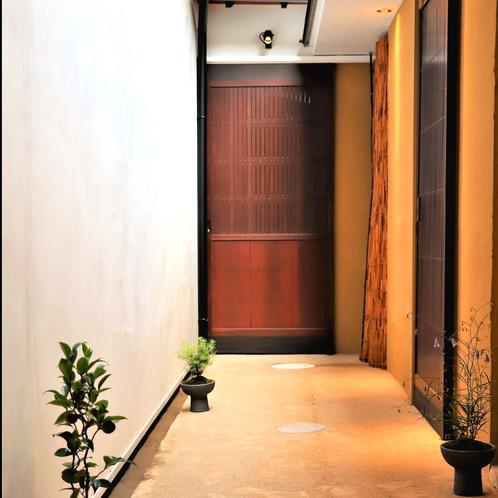 中庭の横を通る外廊下