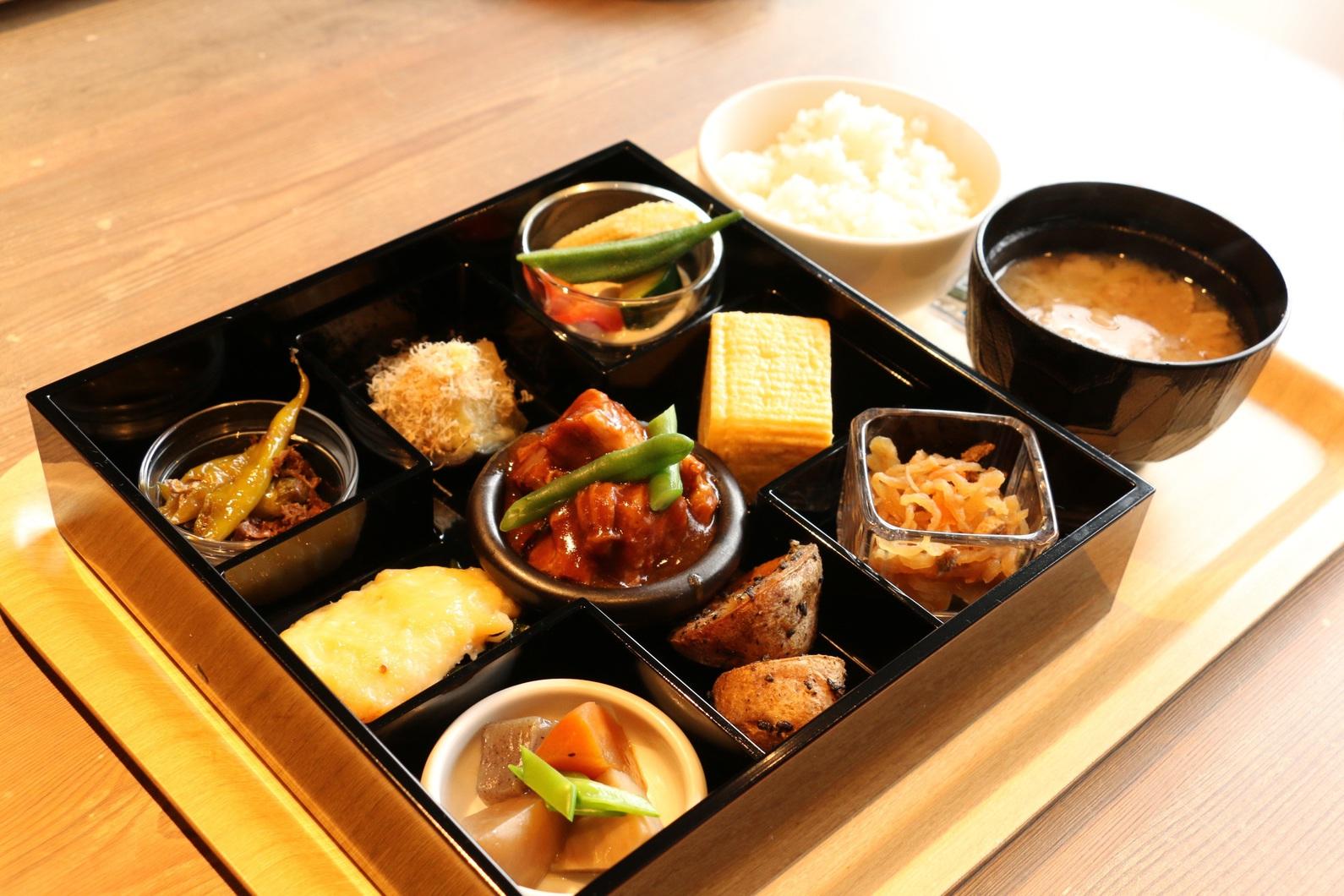 7種のおばんざいと選べる2種のメイン料理を9仕切りのお重(松花堂弁当)