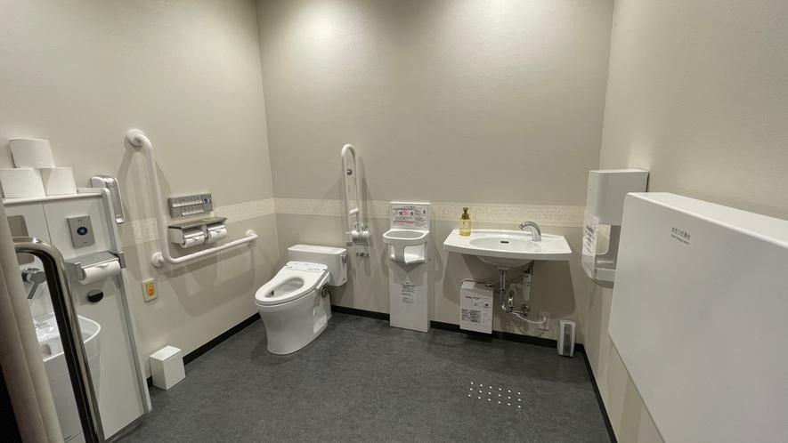 1階ロビーにユニバーサルの共有トイレがございます。