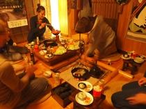 囲炉裏を囲んでの食事