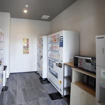 1階自動販売機コーナー 製氷機・電子レンジのご用意もございます。