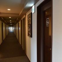 喫煙ブースは1階ロビー、3階、8階にございます。