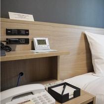 ベッドサイドにはコンセントやライトがあり便利です